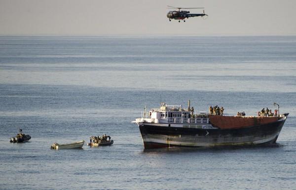 L'Alouette III du Sirocco survole le Shane Hind pendant l'opération.