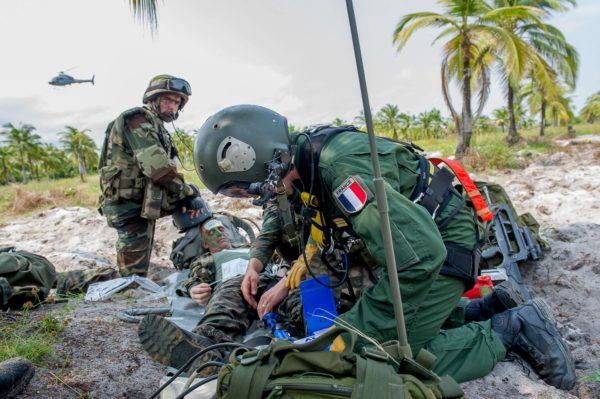 """Un médecin de l'Armée de l'Air engagé dans Anaconda médicalise son """"blessé"""" alors que le Fennec effectue des rotations."""