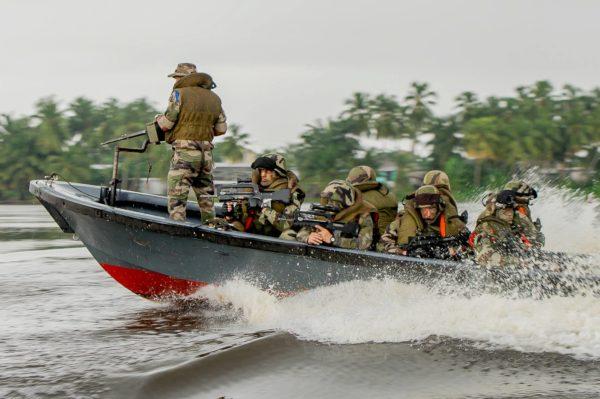 Les pirogues de l'Armée de Terre en action durant Anaconda.
