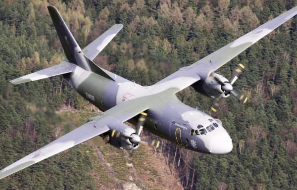 Cette vue du dessus de l'avion permet d'admirer son arête dorsale ainsi que l'envergure générale.
