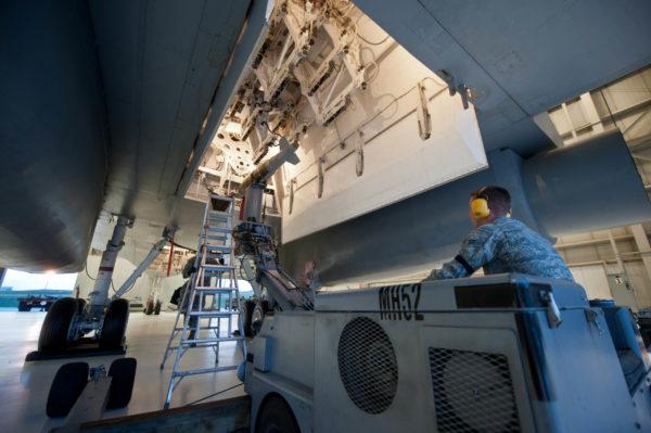 Chargement de la bombe GBU-10 dans la soute du Rockwell B-1B.