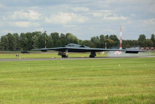 Un des deux Northrop B-2A se pose sur le tarmac anglais de Fairford.