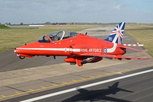 BAe Hawk des Red Arrows au décollage.