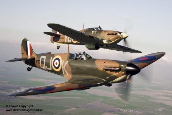 Spitfire et Hurricane de la RAF en vol de conserve en 2010.