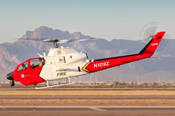 Bell 209 Fire Cobra au départ d'une mission de reconnaissance sur feu de forêts dans l'ouest américain.
