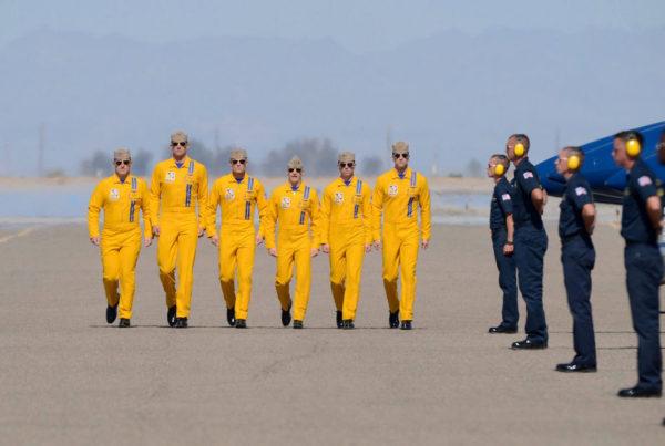 Les pilotes des Blue Angels dans leur tenue jaune d'apparat, ça a de la gueule !!!
