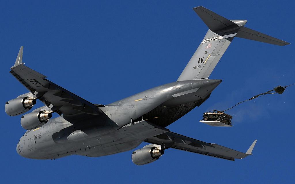 """Hummer """"déchargé"""" de la soute du C-17A."""