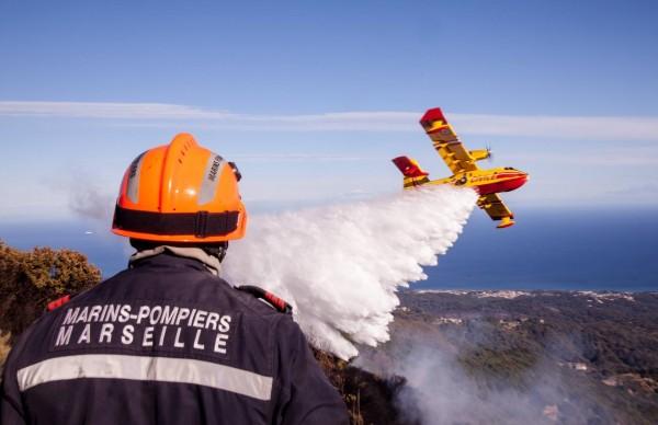 Renforcés par les marins-pompiers marseillais le dispositif s'appuie toujours autant sur la capacité particulière des CL-415.