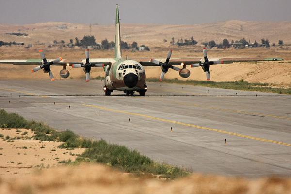 Lockheed C-130H Karnaf sur le tarmac de Nevatim.