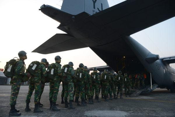 Des paras bangladais embarquent à bord d'un Hercules de l'US Air Force.