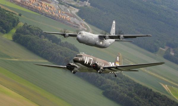 Deux véritables vedettes volantes, le Dakota et le Super Hercules côte à côte.