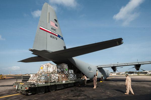 Les équipes de l'US Air National Guard chargent la soute d'un Lockheed-Martin C-130J.