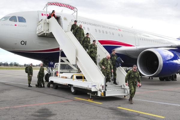 Des militaires canadiens débarque en Corse depuis leur CC-150 Polaris.