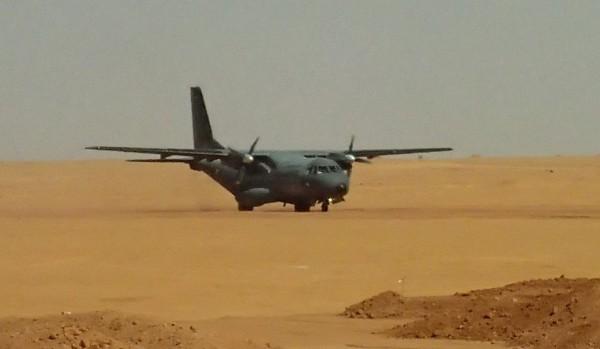 """Casa CN-235M de l'Armée de l'Air, au roulage sur le """"tarmac"""" de la BAT de Madama."""