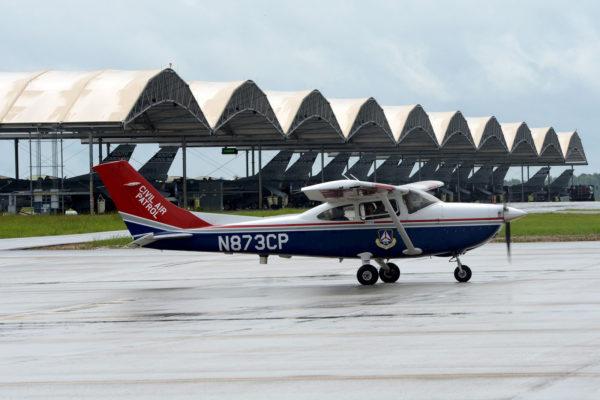 Un Cessna 182 de la CAP sur le tarmac de McEntire-JNGB, où stationne aussi les chasseurs F-16 de l'Air National Guard de Caroline du Sud.