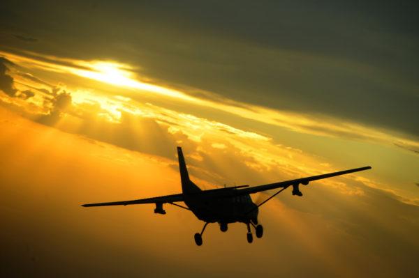 Les missiles Hellfire se dessinent bien sous les ailes de ce Cessna AC-208B irakien.