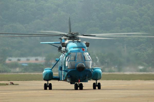 Hélicoptère de sauvetage Changhe Z-8 de la marine chinoise. Remarquez le FLIR installé sous l'intrados.