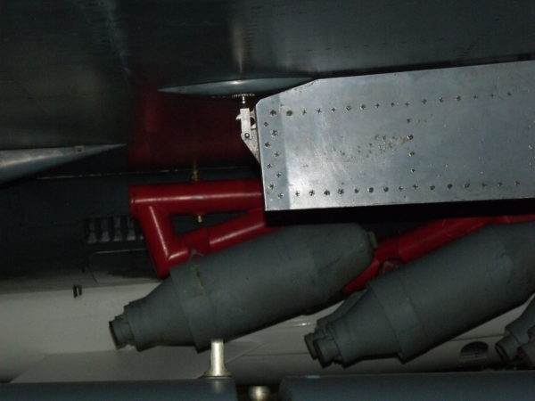 Fusées JATO fixées sous la voilure du Mirage IV-P exposé au Musée de l'Air et de l'Espace.
