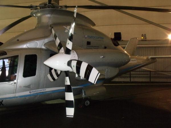 Gros plan sur l'une des hélices qui assure la propulsion de l'aéronef.
