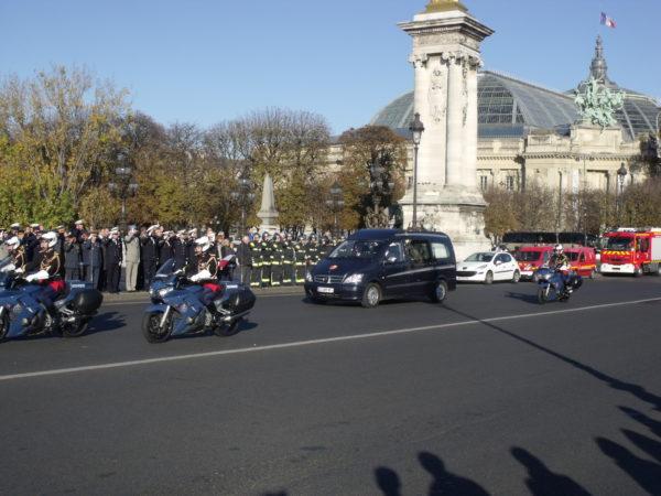 La dépouille de Thomas Dupuy franchit le pont Alexandre III sous escorte de la Garde Républicaine.