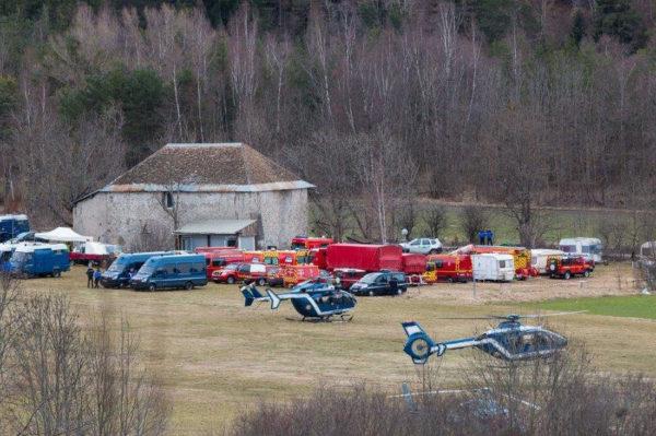 Une partie des hélicoptères de sauvetage, au milieu des véhicules de soutien des pompiers français.