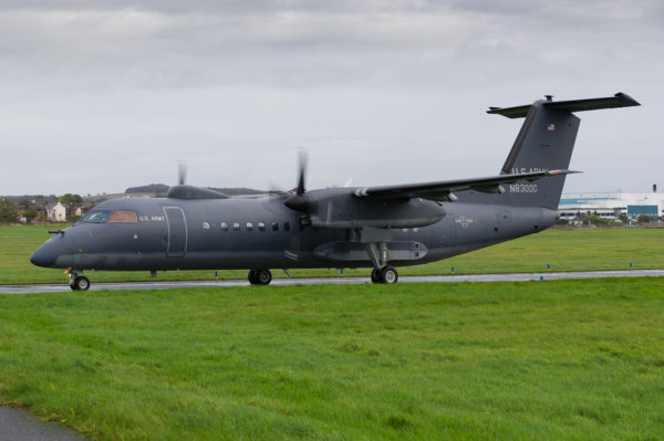 Sur ce Dash 8 de Dynamic Aviation les marquages militaires et l'immatriculation civile apparaissent clairement.