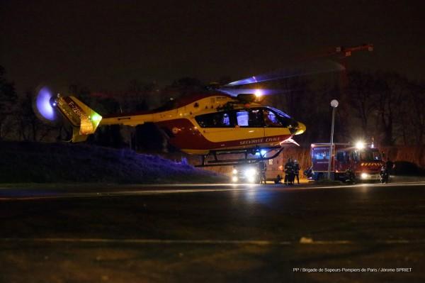 Dragon 75 à l'atterrissage à Bobigny, avec en arrière plan un véhicule de secours type Premier-Secours Evacuation.