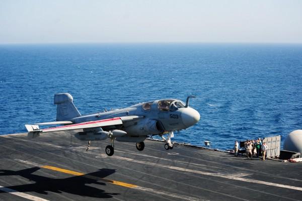 Toujours aussi fringuant malgré l'âge ce Prowler rentre d'une mission au-dessus de l'Irak.