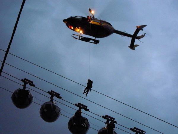 Sur ce cliché on voit bien le stationnaire de l'hélicoptère au-dessus des cabines de téléphérique.