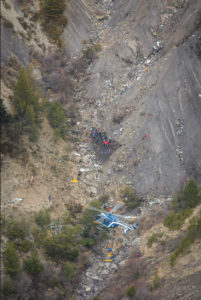EC145 de la gendarmerie en stationnaire au-dessus de la zone du crash.