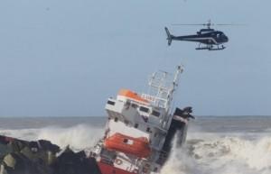 Le pilote de l'hélicoptère de la Gendarmerie affronte des rafales importantes pour maintenir son appareil.
