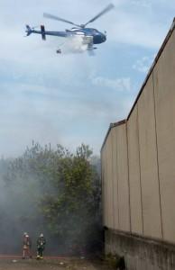 Morane en action sur feu de broussailles.