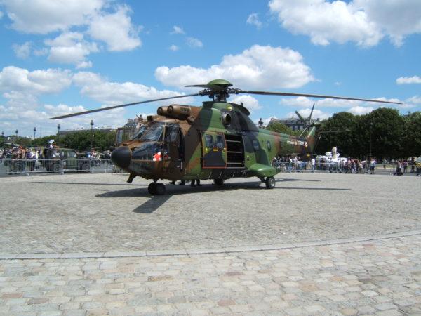 AS-532 Cougar présenté au public sur l'esplanade des Invalides le 14 juillet 2008.