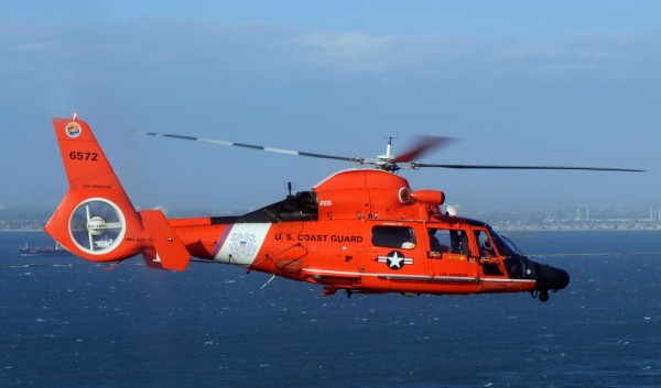 Un Dolphin de l'US Coast Guard en action au large de la Californie.