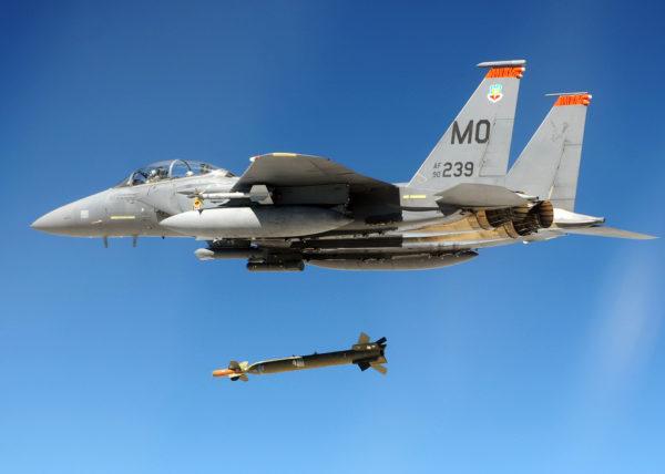 En cas d'intervention le McDonnell Douglas F-15E démontrerait encore sa puissance de feu et sa polyvalence.
