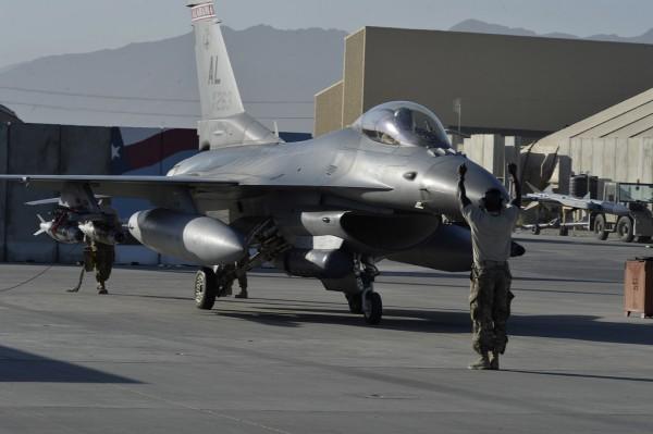 Sur le tarmac de Bagram, ce F-16 lourdement armé porte les marquages de la Garde Nationale de l'Alabama.