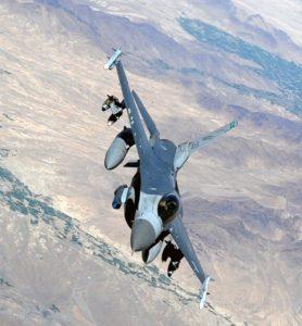 """Les légendaires """"pattes courtes"""" du F-16 ne seront bientôt plus qu'un mauvais souvenir pour les pilotes américains engagés au-dessus de l'Irak."""