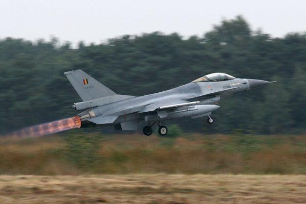 General Dynamics F-16AM belge au décollage, PC allumée.
