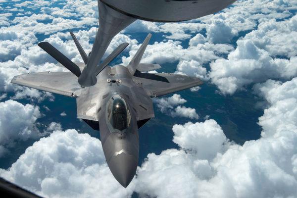 Moyennant ravitaillement en vol, les F-22 Raptor deviennent de redoutables gardiens des cieux alliés.
