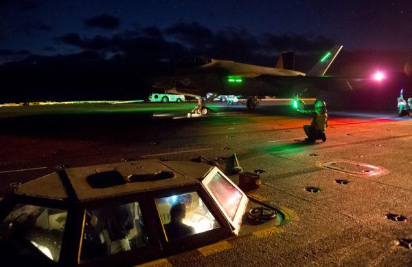 Le Lockheed-Martin F-35C accroche de nuit le brin d'arrêt du porte-avions.
