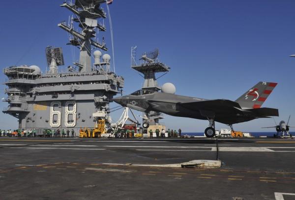 Instant historique, le premier appontage d'un Lockheed-Martin F-35C Lightning II.