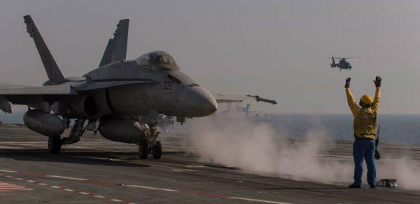 Aux ordres du chien jaune français, et sous la surveillance d'un Dauphin 2 Pédro, ce pilote de Hornet se prépare à arracher son avion du pont d'envol.