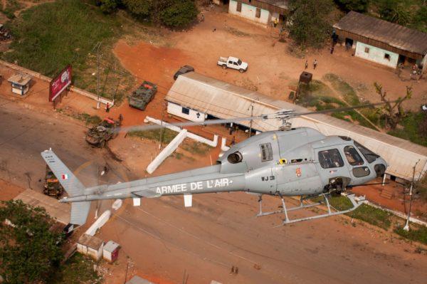 Fennec de l'Armée de l'Air en action en Centrafrique. Remarquez en-dessous les trois VAB de l'Armée de Terre.