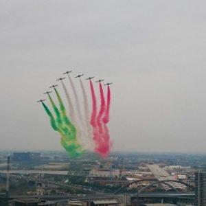 Les Aermacchi MB-339 italiens survolent Milan.