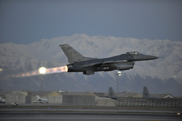 Postcombustion allumé ce F-16C de l'US Air Force s'arrache du tarmac de Bagram.