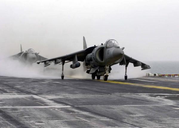Harrier II de l'unité VMA-542 en opération sur le pont de l'USS Bataan.