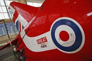 Gros plan sur le nouvel empennage et la cocarde d'un Hawk des Red Arrows.