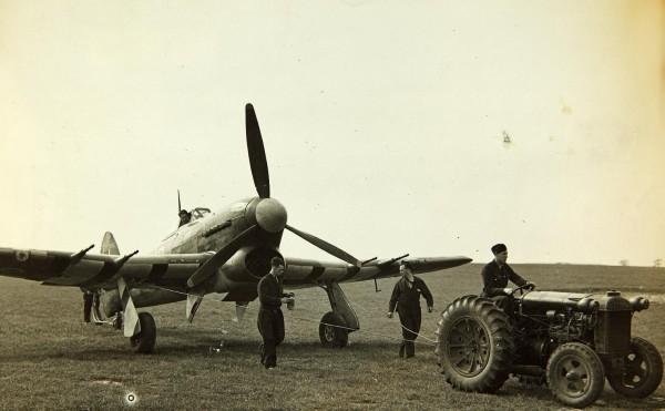 Un Typhoon Mk-IB est tracté avant son armement. Remarquez ses bandes d'invasion sous les ailes.