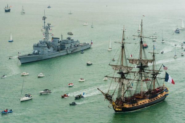 L'Hermione et le Latouche-Tréville voguant presque bord à bord.