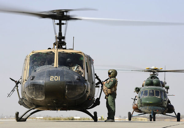 Huey et Hip parés pour le décollage. Une photo qu'on pourrait croire vieille de plus de vingt cinq ans. Mais non ces hélicos volent actuellement ensemble en Irak.